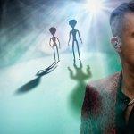 Robbie Williams instala seguridad por temor a que lo contacten los alienígenas