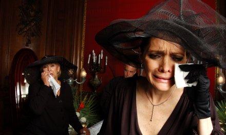 Así se gana un buen dinero fingiendo llantos en los funerales
